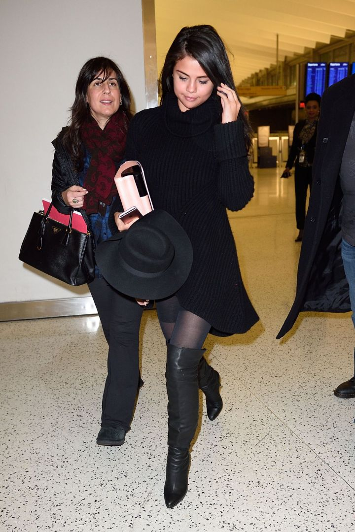 selena-gomez-arrives-at-jfk-airport-in-new-york-city-january-20-2016-9